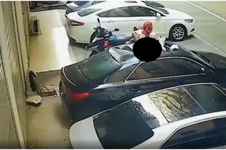 O tânără semi-dezbrăcată a căzut de la etaj în timpul unei partide de amor - VIDEO