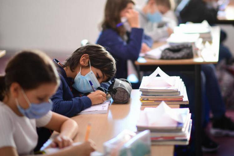 Noile reguli pentru școli, valabile de luni. Cursurile se suspendă la o școală dacă 50% dintre clase au activitatea întreruptă din cauza Covid-19