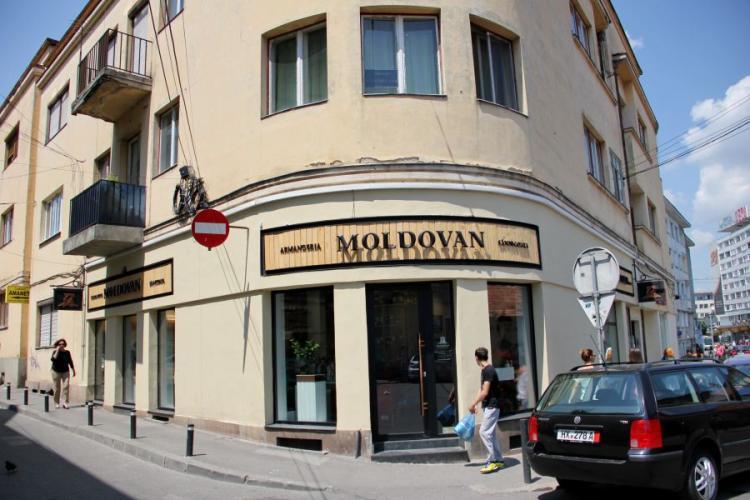 Carmangeria Moldovan, amendată de Protecția Consumatorilor Cluj. Carnea expirată era alături de cea bună și urmau să fie ambalate