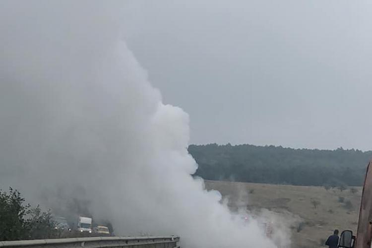 O autoutilitară PLINĂ cu mobilă a luat foc pe centura Vâlcele-Apahida - VIDEO