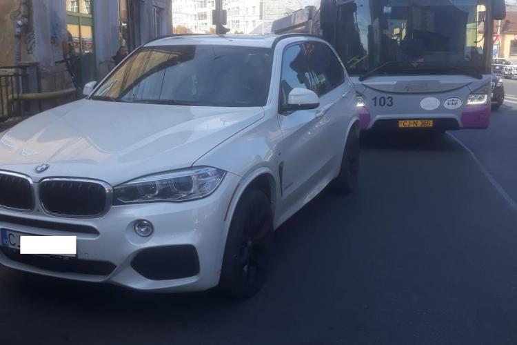 """""""Blondă"""" cu BMW blochează traficul în Piața Mihai Viteazu - FOTO"""