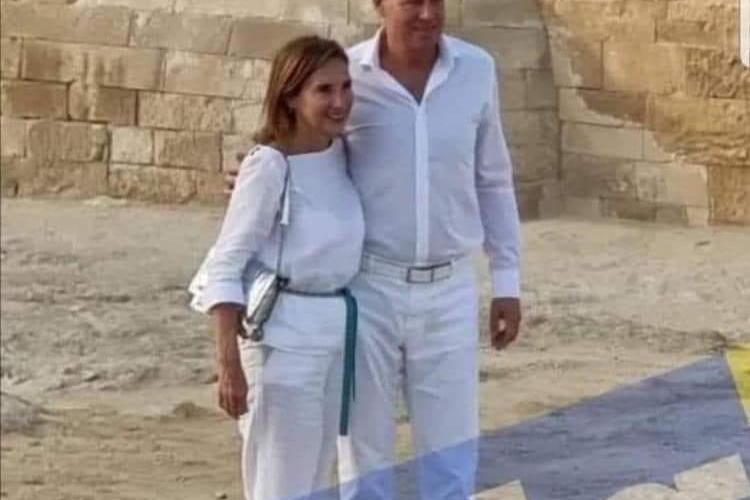 Țara arde, iar Klaus Iohannis se plimbă la piramide, cu soția. Ambii sunt lejeri, îmbrăcați în alb - FOTO