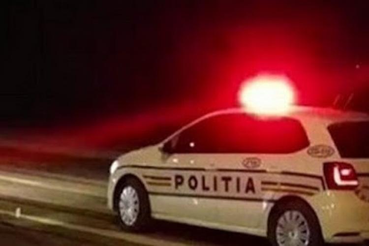 Cluj: Urmărire ca în filme pe străzile din Turda. Polițiștii au tras cu focuri de armă în roțile mașinii, iar un pasager a fost ÎMPUȘCAT accidental