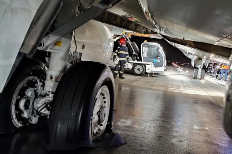 Ascultă discuția dintre piloți și turnul de control din timpul aterizării avionului căruia i-au luat foc roțile pe Aeroportul Cluj - VIDEO