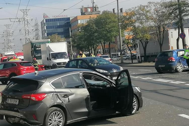 Trei mașini s-au făcut praf pe Bulevardul Muncii. Graba strică treaba - FOTO