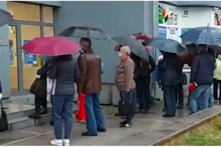 Zeci de oameni în ploaie pentru a-și schimba furnizorul de gaze, după ce prețul a crescut de peste 10 ori