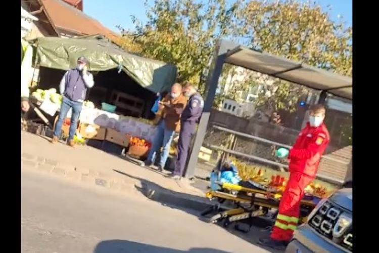 Bărbat căzut pe trotuar la autogară. Un paramedic SMURD și au medic au oprit să îl resusciteze