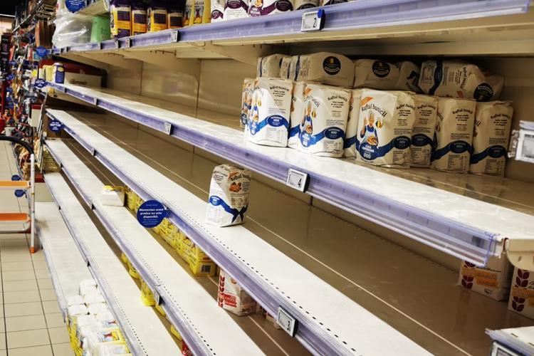 Clujenii golesc rafturile supermarketurilor, speriați de restricțiile de luni, 25 octombrie - FOTO