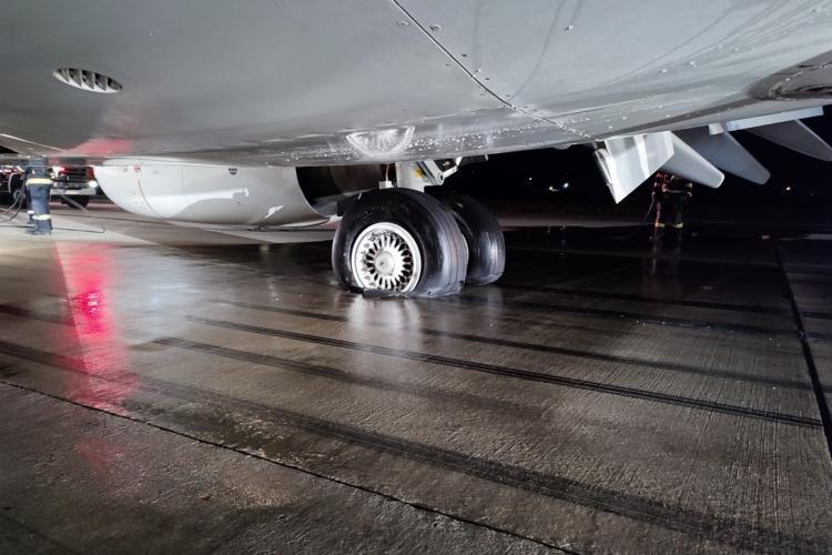 Explicațiile reprezentanților Aeroportului din Cluj, după ce o aeronavă a luat foc la aterizare vineri seara - VIDEO