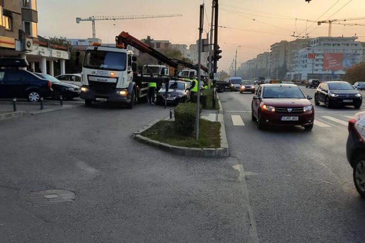 Boc a ordonat ridicarea mașinilor de la Cinema Mărăști: Pleacă 3 deodată - FOTO