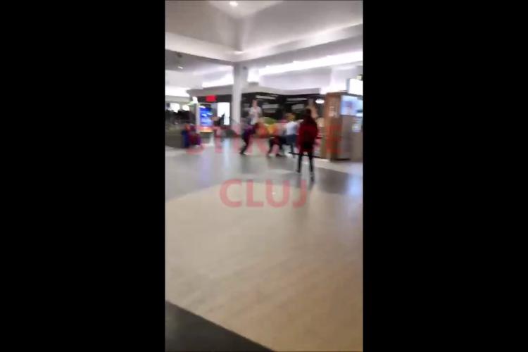 """Bătaie la VIVO Cluj! """"Călcat în picioare"""" pentru că nu a avut certificat de vaccinare - VIDEO"""