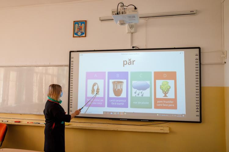 """Școala """"Octavian Goga"""" din Cluj-Napoca, dotată cu 29 de table interactive pentru copii - FOTO"""