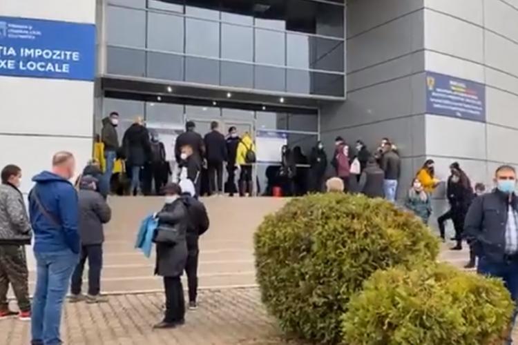Cluj: O femeie nu avea destui bani la Serviciul de Înmatriculări și era disperată. Un bărbat a văzut și a ajutat-o din OMENIE