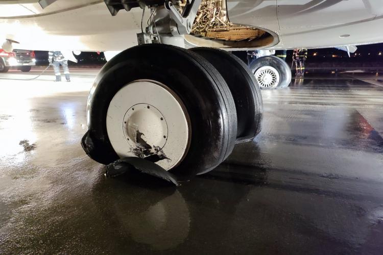 """Avionul Fly Egypt care a suferit un incendiu la aterizarea la Cluj: Avea pneurile uzate și pilotul a """"trântit"""" aeronava"""