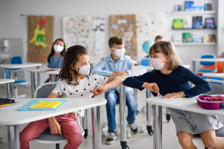 Ministerul Educației discriminează pe față elevii de la școlile de stat față de cei de la privat. Pe aceștia nu îi trimite în vacanță forțată