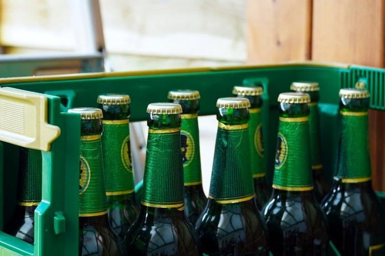 """Un român a băut o ladă cu bere ca să elimine vaccinul. De test s-a ferit, ca să nu-i """"slăbească creierul"""