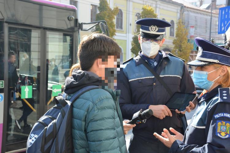 Polițiștii clujeni au explicat oamenilor cât de ușor pot fi jefuiți în stațiile de autobuz - VIDEO