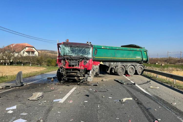 Cluj: Două TIR-uri s-au făcut praf, în urma unui accident rutier. Un șofer a fost transportat la spital - FOTO