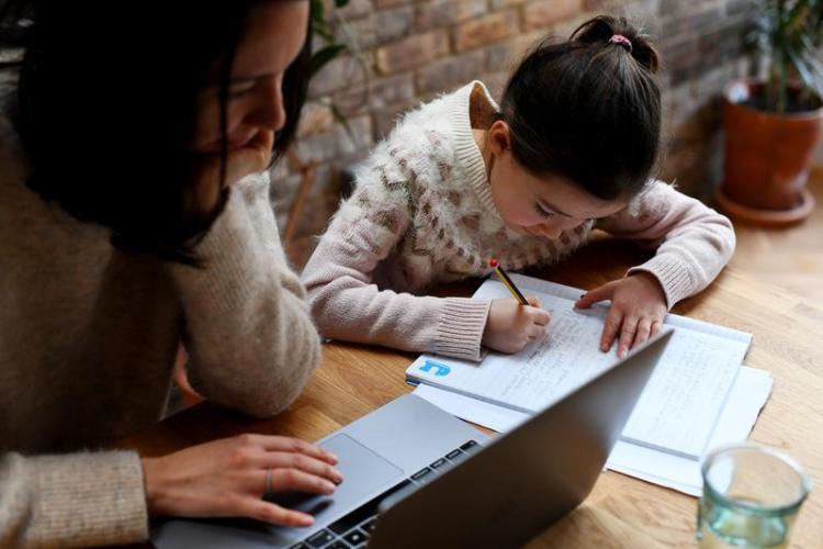 Părintele al cărui soț muncește în străinătate nu primește zile libere plătite pentru a sta cu copiii în școala online