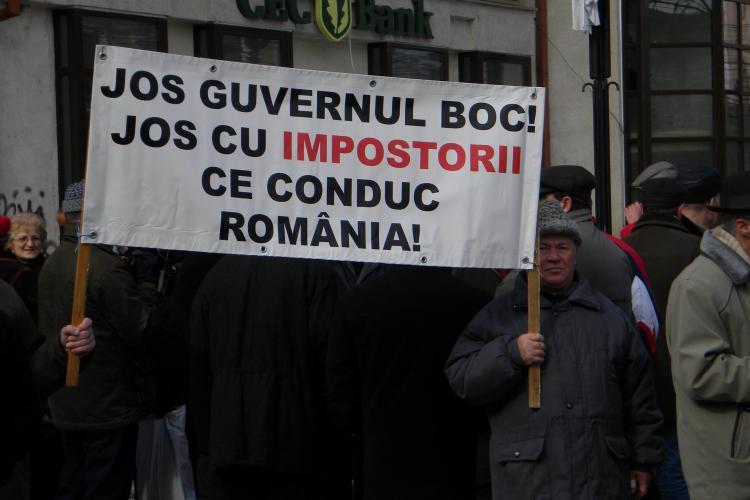 Cadrele militare in rezerva protesteaza in fata Prefecturii Cluj! Isi cer pensiile inapoi - VIDEO si FOTO