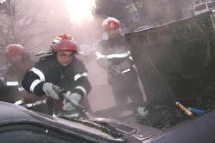 O masina a ars pe strada Primaverii, din cartierul Manastur - VIDEO