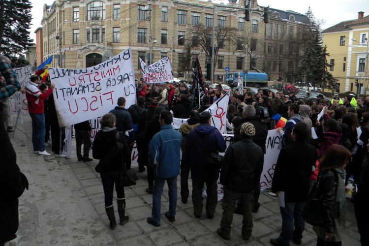 Protest studentesc in Piata Lucian Blaga din Cluj-Napoca! Circa 200 de tineri cer demisia ministrului Daniel Funeriu - FOTO si VIDEO