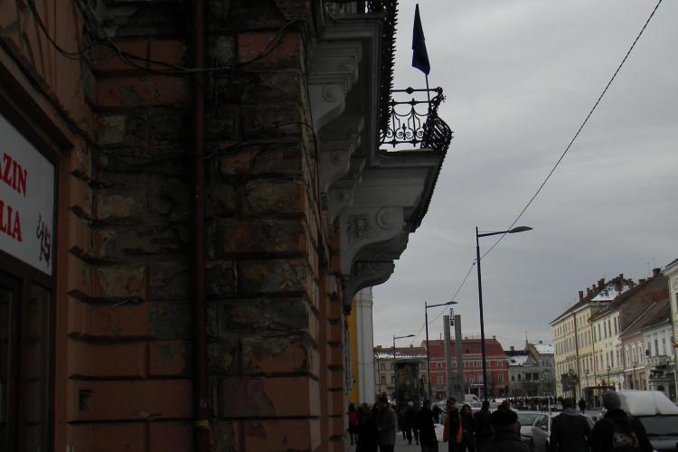 Cine amendeaza Primaria Cluj pentru ca nu isi renoveaza cladirile, de pe care cade zidaria? STIREA CITITORULUI -FOTO