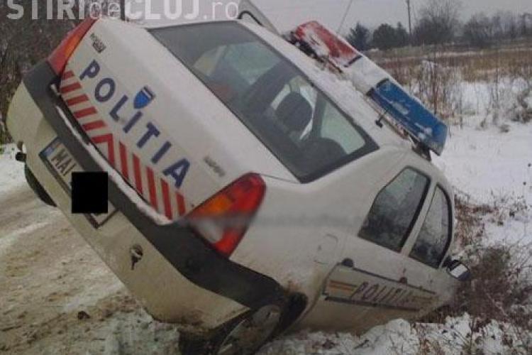 O masina de politie aflata in misiune a ajuns in sant la intrare in Gherla, din cauza zapezii! - FOTO