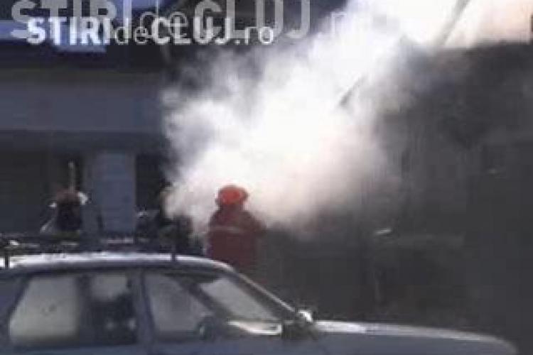 Incendiu la Gherla! Un atelier de tamplarie a ars azi-dimineata din temelii. Focul a distrus si acoperisul unei case - VIDEO