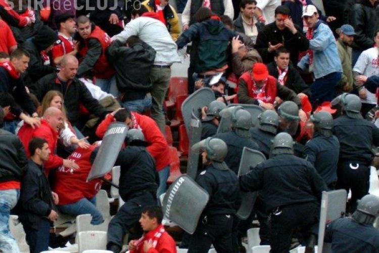 Violente la derby-ul Bulgariei. Trei politisti raniti, 3000 de fani evacuati la pauza - VIDEO