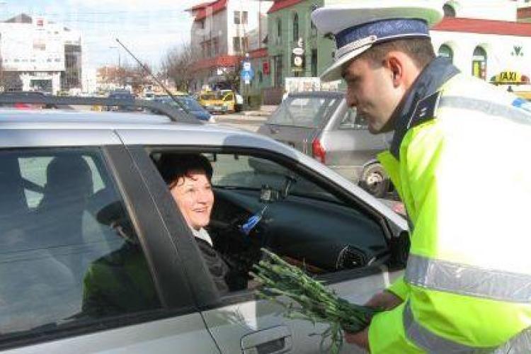 Politistii dau martisoare clujencelor, de 1 martie!