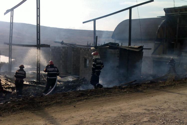 Incendiu pe malul lacului din Campenesti! Trei cabane s-au facut scrum! - VIDEO si Galerie FOTO