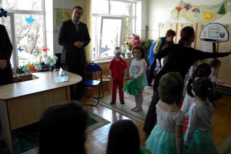 """Copiii de la gradinita """"Mica Sirena"""" din Cluj au fost pusi sa danseze pe Imnul PDL, de 8 martie! - VIDEO"""