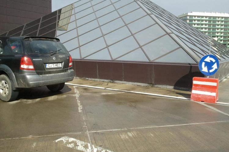 Smecher de Cluj! Soferul unei masini cu ecuson Consiliul Judetean Cluj si numar de Ministerul Educatiei, parcheaza in sensul giratoriu!