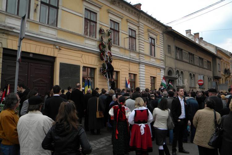 Maghiarii au depus coroane de flori la fostul Hotel Biasini! Peste 1.000 de oameni au asistat la eveniment - VIDEO si FOTO
