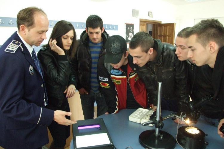 """Peste 600 de elevi, in vizita la Scoala de Agenti de Politie """"Septimiu Muresan"""" Cluj - FOTO"""