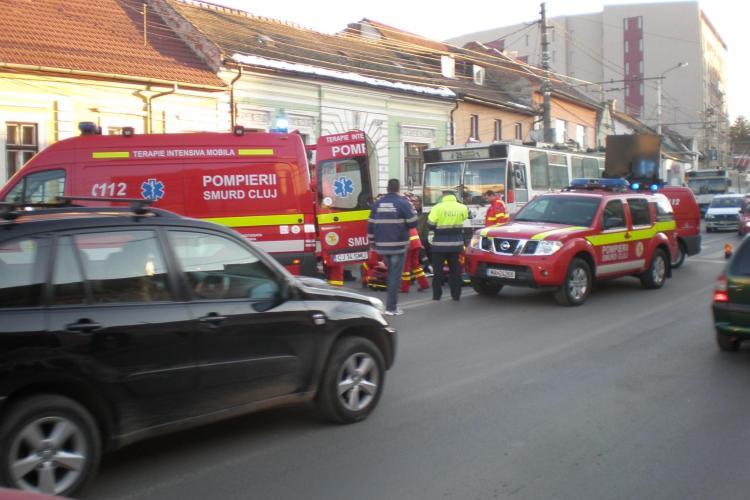Un barbat  a fost lovit pe trecerea de pietoni de un troleibuz pe strada Motilor din Cluj-Napoca! A fost dus in stare grava la UPU- VIDEO IMAGINI SOCANTE
