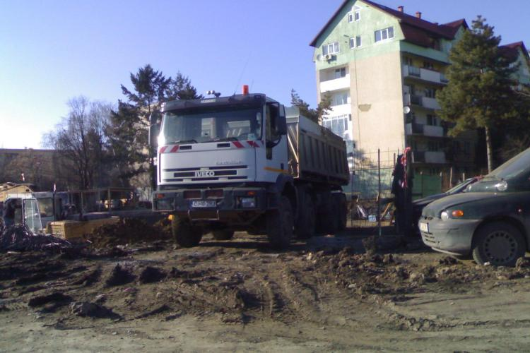 Firma care construieste Parking -ul Baisoara, acuzata ca murdareste asfaltul - FOTO