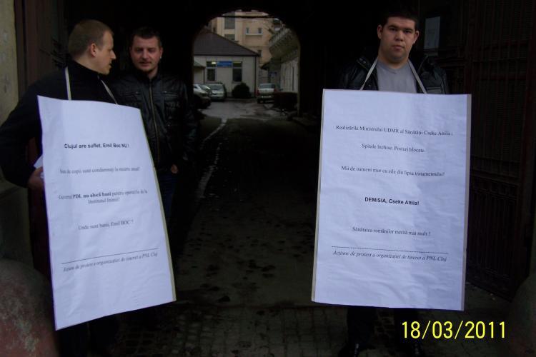 "Liberalii clujeni au protestat fata de criza financiara de la Institutul Inimii: ""Clujul are suflet, Emil Boc NU! - FOTO"