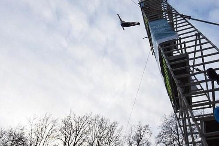 A sarit de la 11 metri inaltime intr-un bazin de 30 de cm ! VIDEO