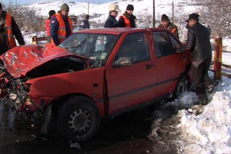 Accident in Gilau! Doua persoane au fost ranite