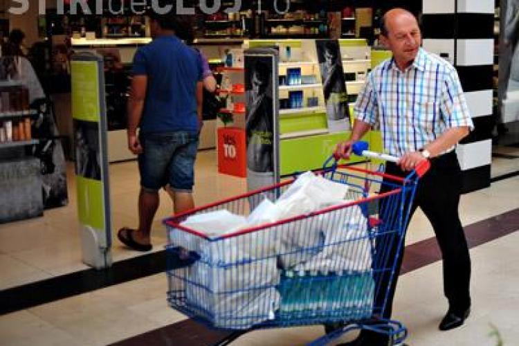Traian Basescu a iesit la cumparaturi in Carrefour