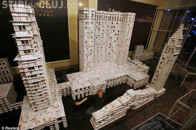 Dupa ce a intrat in Cartea Recordurilor, a distrus cea mai mare constructie din carti de joc - VIDEO