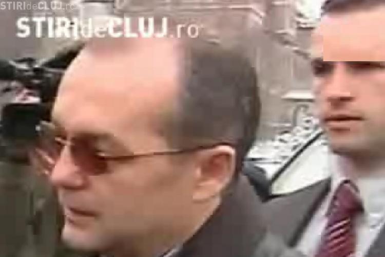 Sindicalistii au cerut demisia lui Emil Boc si au aruncat cu bulgari de zapada dupa el - VIDEO