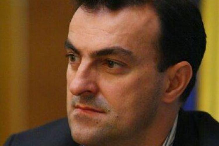 Primarul Clujului Sorin Apostu ia lectii de autoaparare imbracat in politist