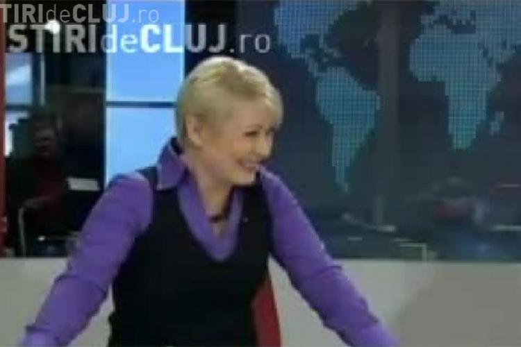 O prezentatoare de televiziune din Finlanda a cazut de pe scaun in direct