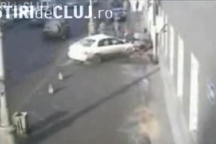 Spulberati pe trotuar de o masina scapata de sub control - VIDEO - Imagini socante