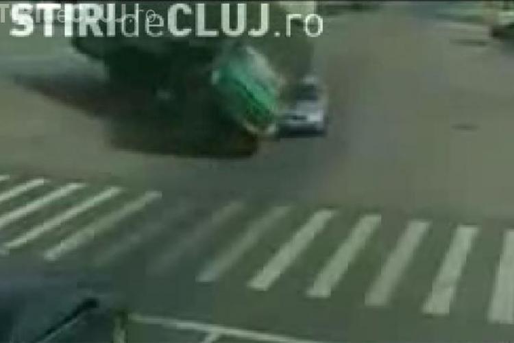 VIDEO - Un camion s-a rasturnat peste un autoturism intr-o intersectie aglomerata din China