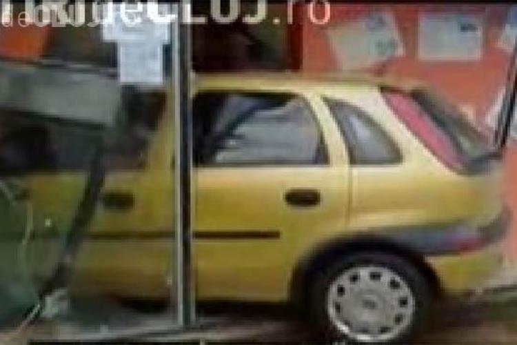 """VIDEO - O soferita si-a """"parcat"""" masina in vitrina unui magazin din Galati"""