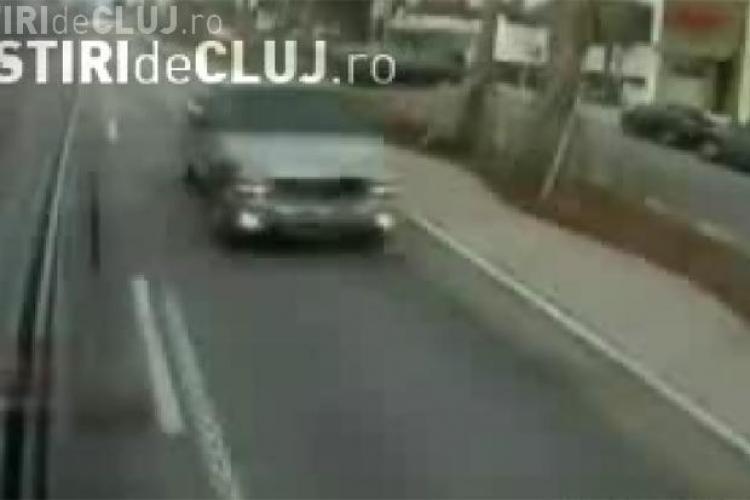 Tanar spulberat de o masina imediat ce se da jos din autobuz - VIDEO- Imagini socante